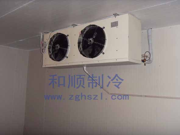 冷库是依托于制冷系统的制冷工程,而制冷系统又是由各种制冷设备组装而成(压缩机、冷凝器等)。冷凝器是冷库制冷系统四大件之一,对冷凝器的保养也是很重要的。冷凝器有水冷式和风冷式两种,其中水冷式比风冷式更需要保养。下面小编就来给大家简单的讲解一下水冷式冷凝器保养的一些问题。      水冷式冷凝器受到外界的影响,主要是来自冷却水。冷却水一般是自来水、地下水、江河水。就算看着非常洁净,也或多或少包含一些可溶性盐。在冷却水循环流动、升温降温的过程中,可溶性盐会与金属反应,凝结在金属表面。冷却水中的氧,也会使冷凝器的